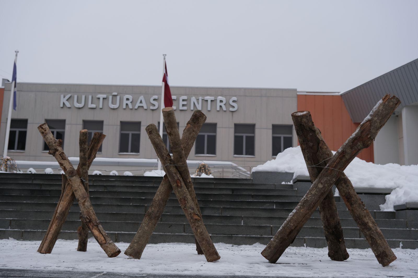 Pie Ogres Kultūras centra - barikāžu atcerei veltīta instalācija