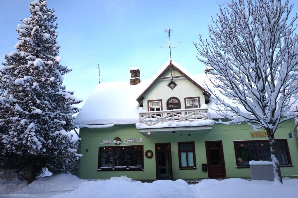 Latvijas valsts karogs Mazozolu pagasta ūdenstornī. 1988. gada 18. novembris. Foto – Vilis Kārkliņš