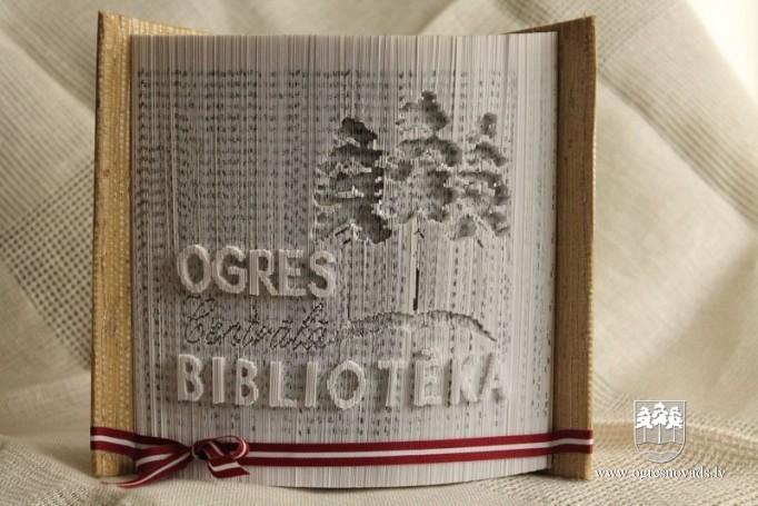 Bibliotēkā oriģināli un unikāli Ziemassvētku rotājumi